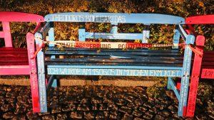 Auf die Baenke am Schumannplatz wurde am Sonntag zwischen 15 Uhr und 18 Uhr ein Farbanschlag veruebt Nicht einmal Tage nach dem aufstellen Eine Zwickauer Gruppe die Sternendekorateure haben auf dem Schumannplatz im  Zwickauer Zentrum eine NSU Opfer Gedenkstaette errichtet Fuer jedes Opfer des NSU eine Bank und eine fuer die Ueberfaelle auf Banken und Sparkassen 06.11.2016 Foto: Ralph Koehler/propicture