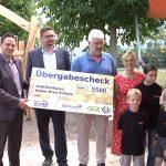 Scheck besiegelt Adam-Ries-Schule als Eigentümer eines Sonnensegels